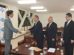 斎藤市長に要望書を手渡す内田理事長