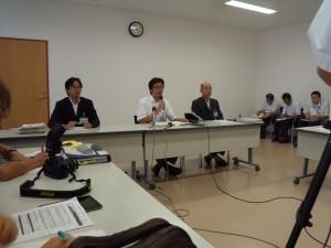 取材陣の質問に答える斎藤栄市長