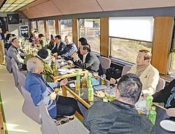 熱海市に向かうお座敷列車内で交流する磐梯熱海温泉観光協会などの参加者